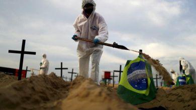 """Photo of Instalaron un """"cementerio simbólico"""" en Copacabana, Brasil"""