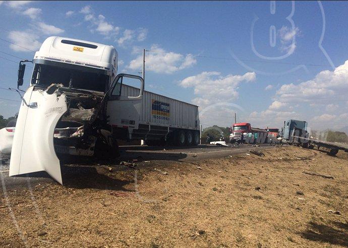 Choque entre camión de Empremar y otro camión en carretera Chinandega - Corinto