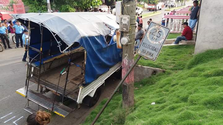 Semi-vuelco de camioneta rutera deja seis lesionados en León
