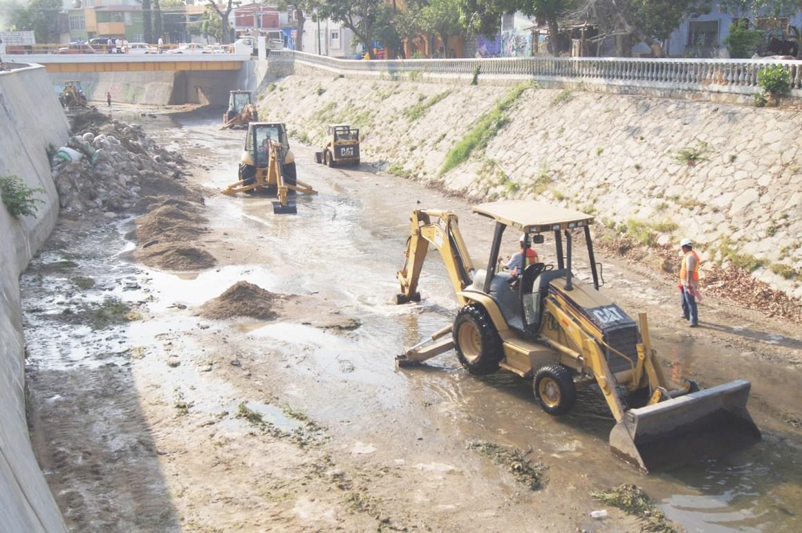 Continúa limpieza del río Sabinal