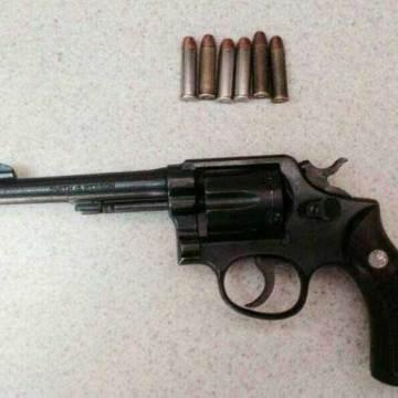 Policía de SSyPC y Municipal, detienen a personas con arma de fuego y dosis de droga