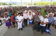 Beneficia Manuel Velasco a familias de Ocosingo con Piso Seguro e insumos agrícolas