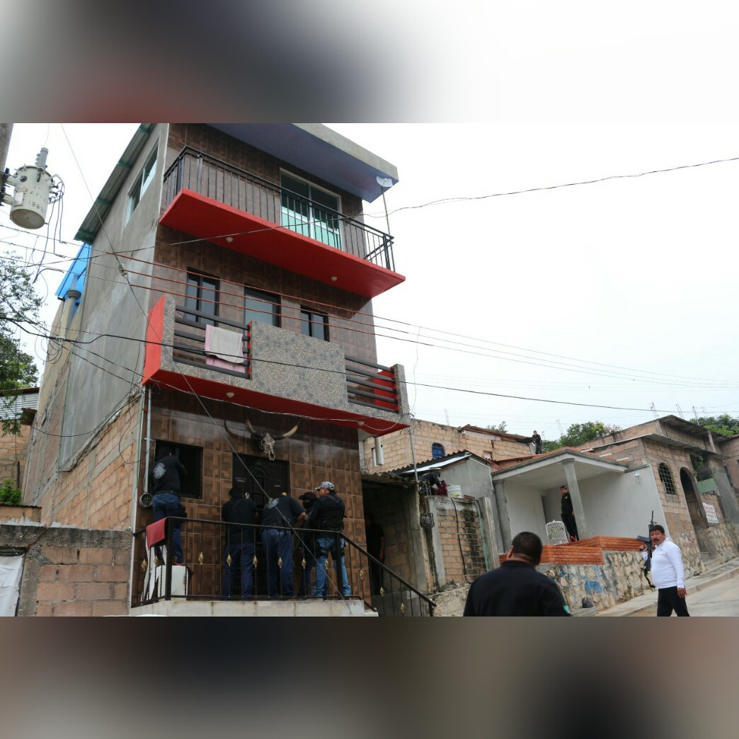 Asegura FGE armas de fuego y droga durante cateo en Ocozocoautla