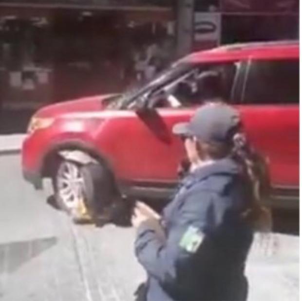Por no pagar dos pesos, #LadyParquímetros daña su camioneta de lujo