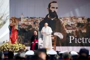 VIDEO: Papa Francisco rinde homenaje al popular santo italiano Padre Pío
