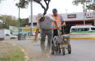 Continúan trabajos de pinta de banquetas y guarniciones para indicar restricciones de estacionamiento