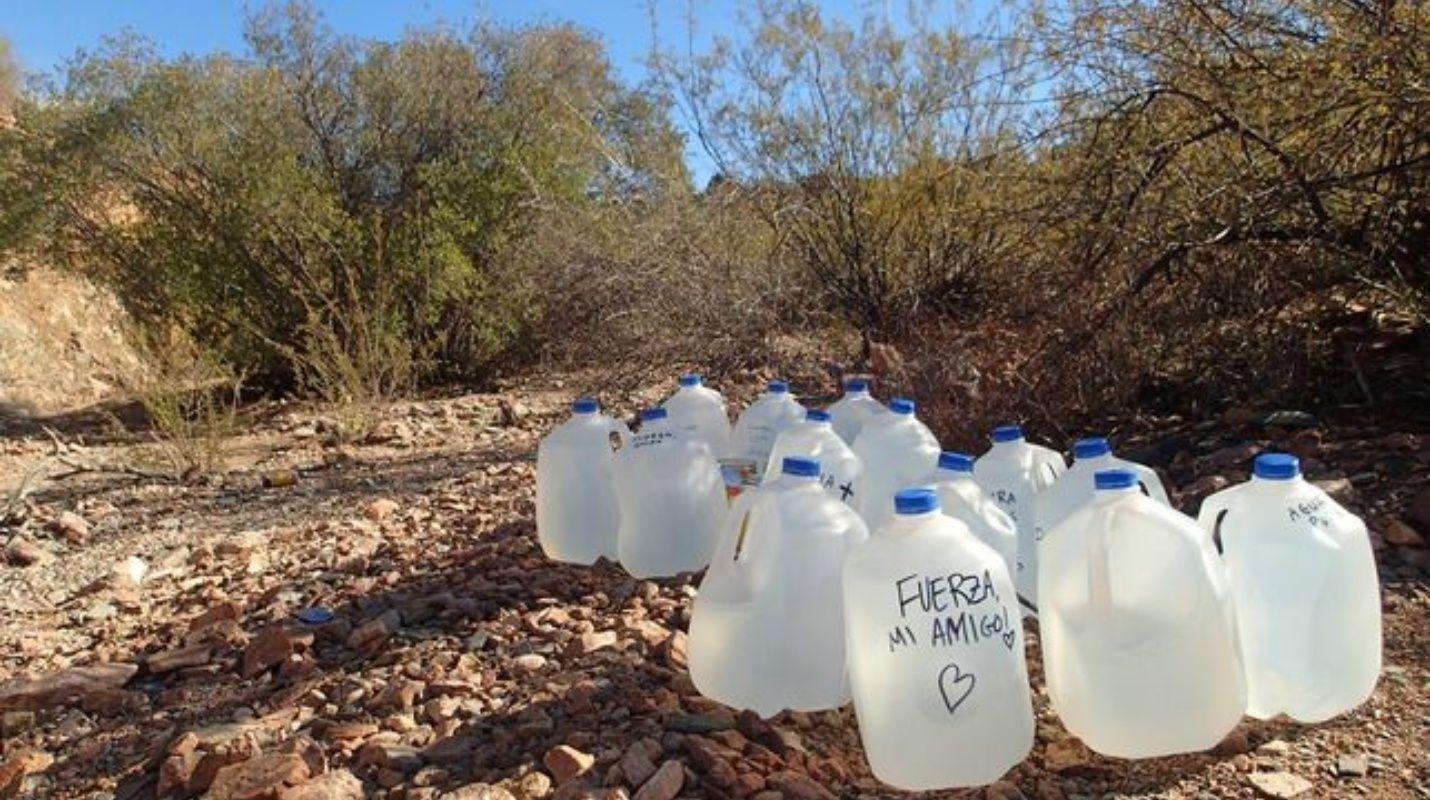 280 dólares pagarán activistas por dejar agua a migrantes indocumentados