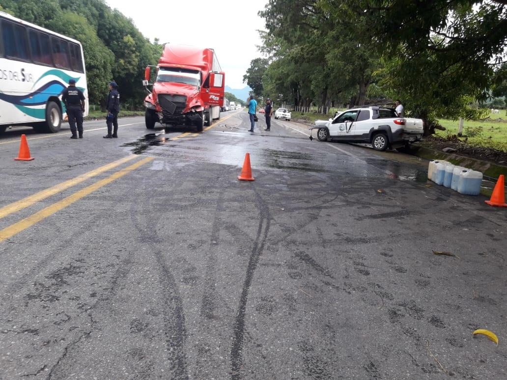Cuantiosos daños materiales y una persona sin vida y otra más lesionada es el saldo del accidente vehicular en el tramo carretero Escuintla- Villa Comaltitlán.