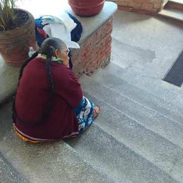 Captan a artesana triste por no vender sus servilletas
