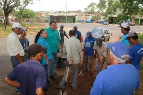 Acompañado por los trabajadores el alcalde Pedro Loreto supervisa las obras