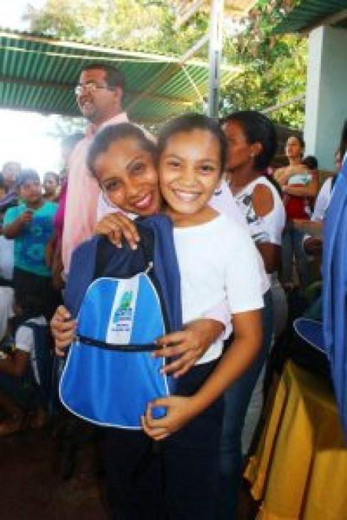 ninas-recibieron-alegres-sus-bolsos-escolares