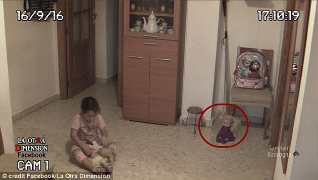 La niña es asotada por fantasma