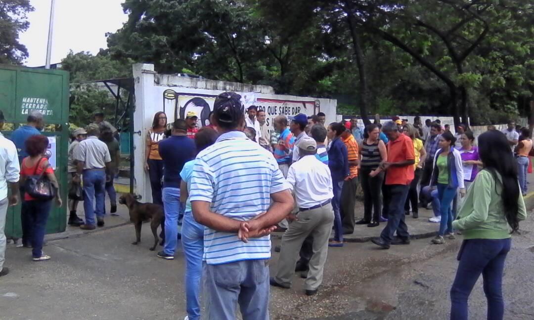 En la Escuela Básica Carlos José Bello se pudo evidenciar la presencia de electores a las afueras