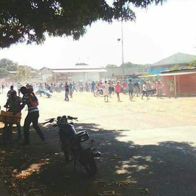 Personas saqueando el centro de acopio Mercal en Calabozo
