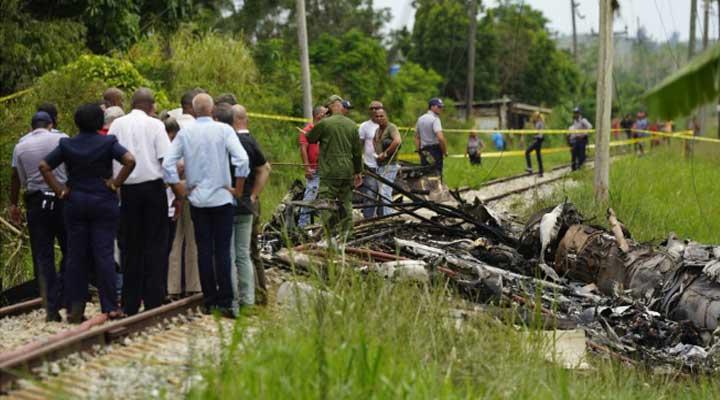 Los restos del avión siniestrado quedaron regados en todo el sector.