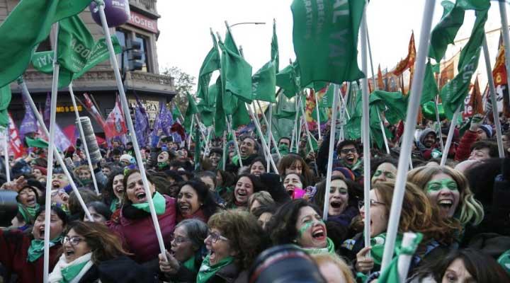 Con 129 diputados a favor y 125 en contra se aprueba en la cámara de diputados la ley al aborto en Argentina.
