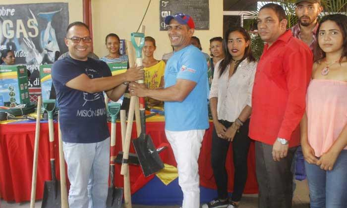 León hizo entrega de herramientas de trabajo a dirigentes estudiantiles - copia