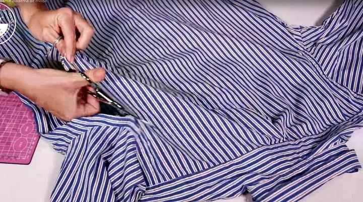 Recortando la camisa para reciclar
