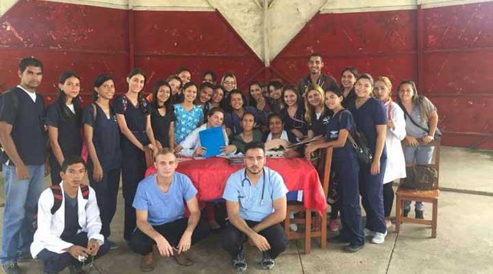 Los alumnos junto a los doctores brindaron atención medica a los abuelitos del geriátrico.