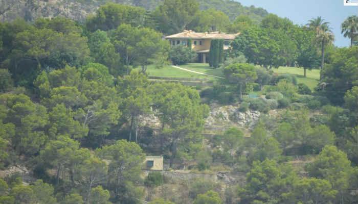 Grandes jardines y dos piscinas rodean a la casa
