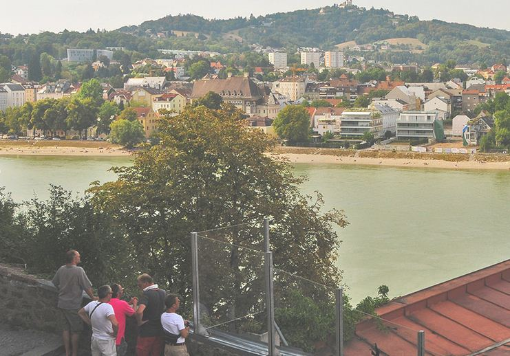 Vista panoramica de la colina y la playa desde Schlossmuseum en Linz