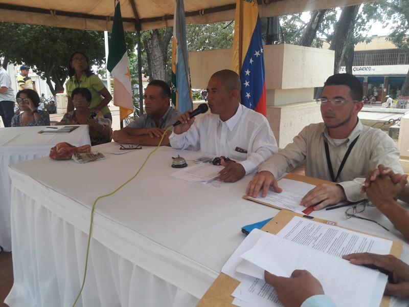 El presidente de la Camara Municipal de Infante Rene Correa dirigió este cabildo abierto en la Plaza Bolivar de Valle de la Pascua.