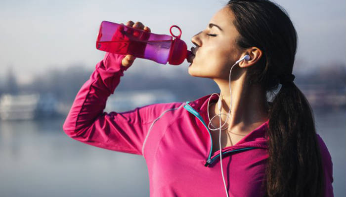Es importante que consumas agua antes de hacer ejercicio para prevenir que te deshidrates