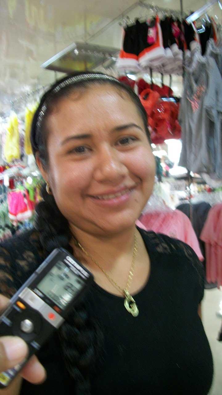 Gabriela infante promueve ventas en una cadena de tiendas.