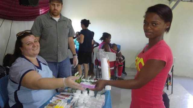 Christina Acosta durante la entrega de medicinas