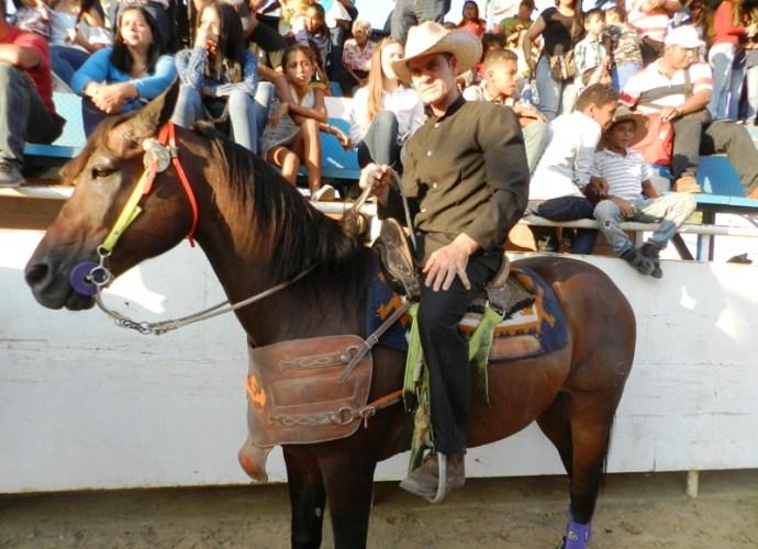 Victor Felizola es objeto de homenaje por ganar 7 campeonatos nacionales, incluyendo 4 copas Feveco