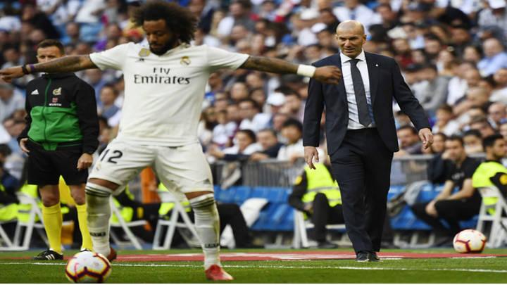 Zidane no pierde un minuto de tiempo en recuperar su puesto.