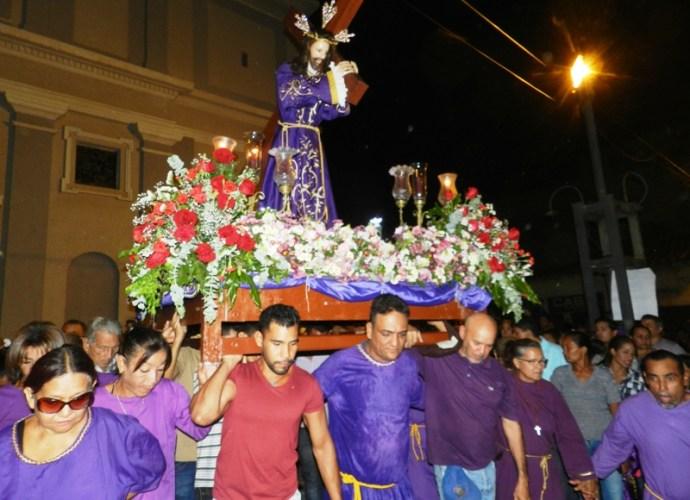 Comienzo de la procesión de Jesus con la cruz.