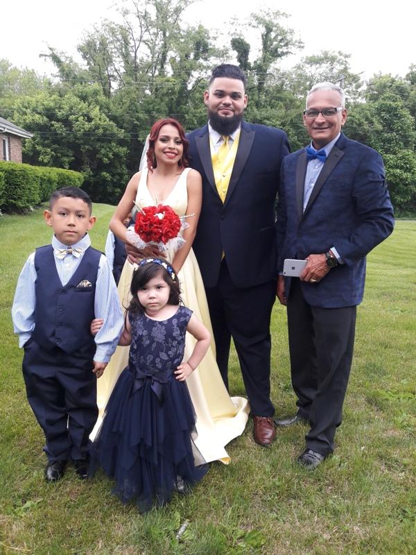El cortejo nupcial posan para los fotógrafos  finalizada la boda