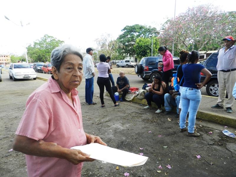 Ciria Rangel plantea la problem_tica mientras los pacientes renales esperan por la unidad que los transporte para Calabozo