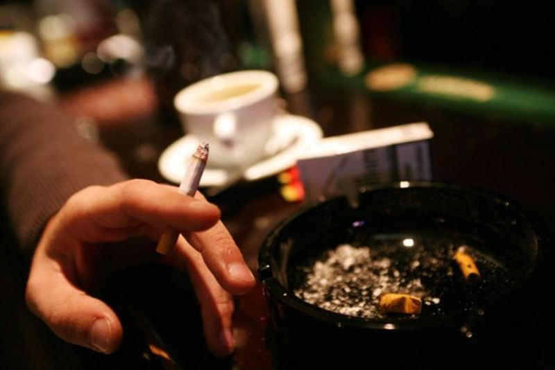 Fumar aumenta el riesgo de degeneración macular asociada con la edad