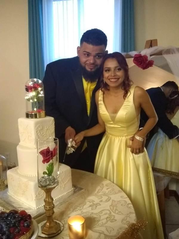 Momento en que los esposos pican el pastel