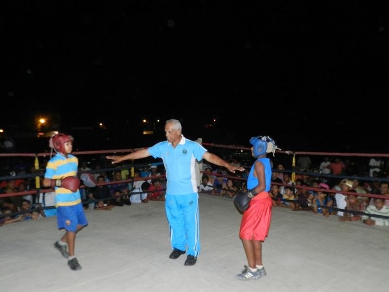 Jose Castillo dirigio los quince combates de boxeo menor en Valle de la Pascua.