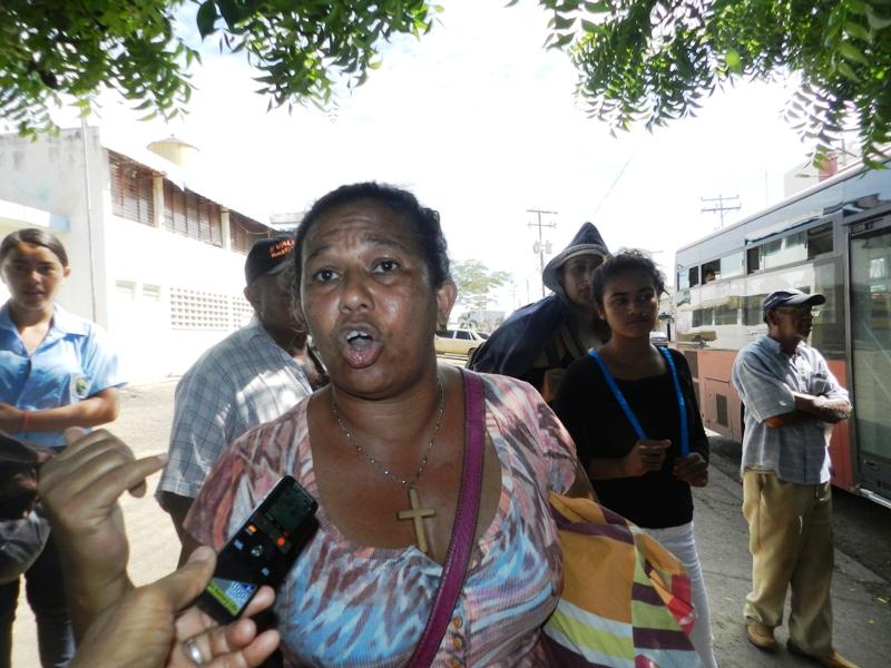 Vengo de Tucupido y desde las 8 am estamos esperando el bus que nos tralade hacia Calabozo, dijo este familiar de paciente renal.