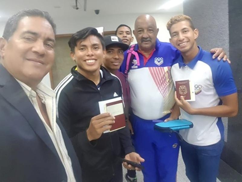 Los velocistas criollos Alberto Aguilar (Apure), Abdel Khalil (Lara), Alexis Nieves (Guárico) y Jesús Rafael Vásquez (Guárico), junto a Wilfredys Leon y Marcos Oviedo de Feveatletismo.