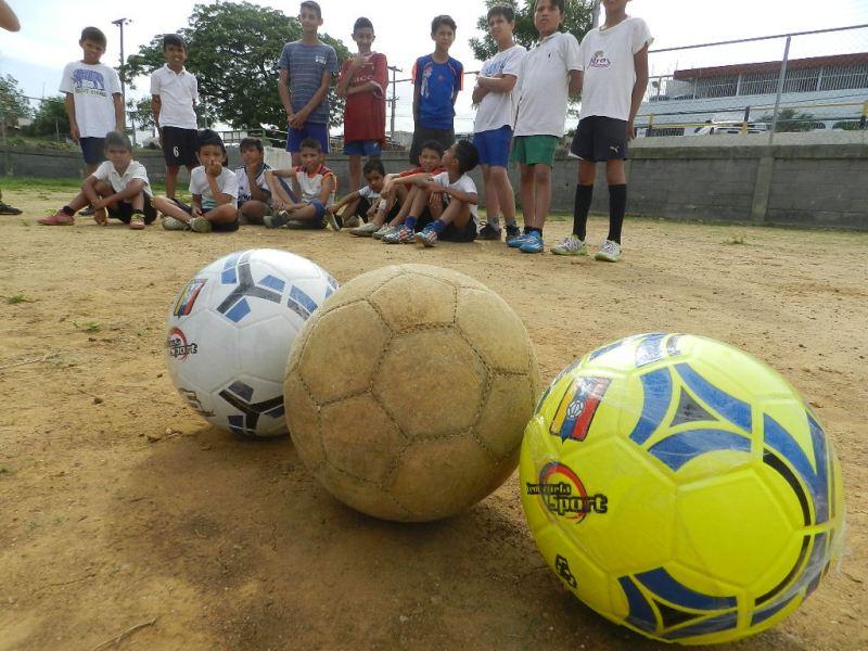 Balones de alta calidad recibió la Escuela de Fútbol Menor Cristo Rey de Valle de la Pascua.