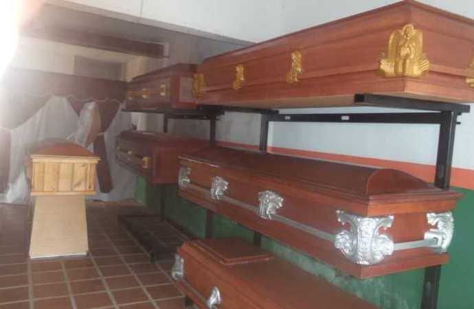Los ataúdes son fabricados con madera de pino y MDF