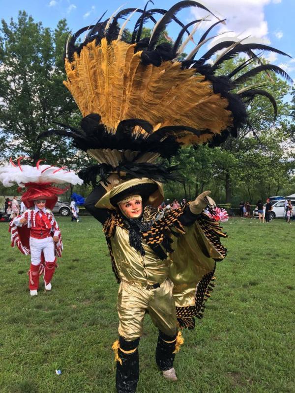 Participantes con extravagantes trajes deleitaron a los asistentes