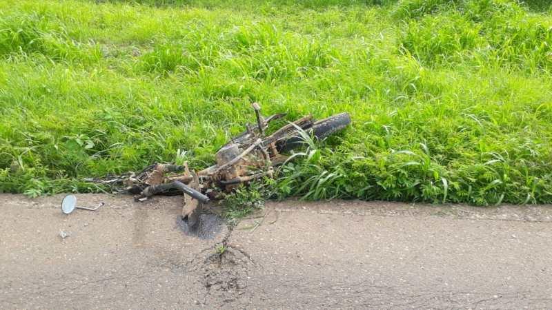 La moto quedó completamente destrozada.
