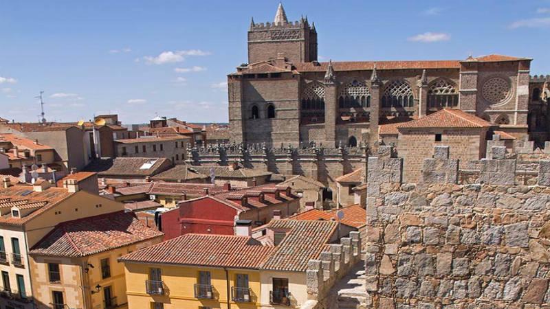 Ávila, ciudad abrazada por sus históricas murallas.