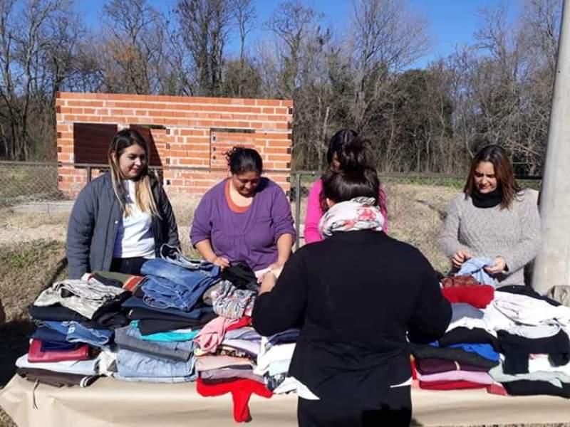 Voluntarios en la entrega de ropa a los asistentes
