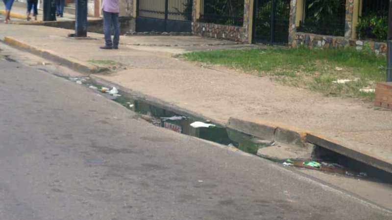 Varios meses lleva este desborde de aguas negras en la avenida Romulo Gallego cruce con Orituco.