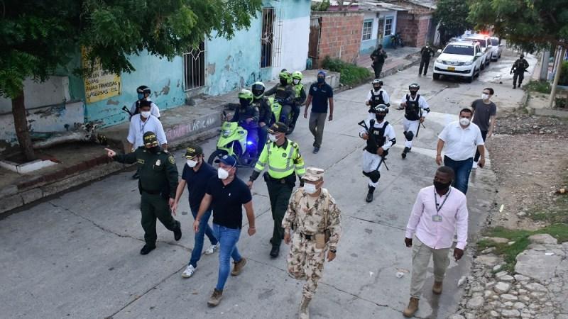 """""""La mayoría está acatando las normas, y a quien no cumpla le caerá el peso de la ley"""": alcalde Pumarejo, en patrullajes con Ejército y Policía"""