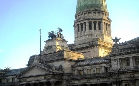 Vista más cercana de la parte inferior a la cúpula del Congreso, con el sol de la tarde iluminando de costado. (Foto: Pablo Harvey)