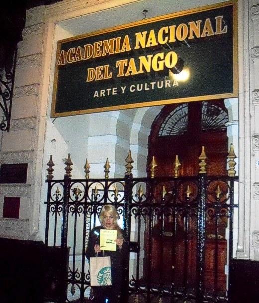 Mostrando NOTIRUYA  frente a la Academia Nacional del Tango