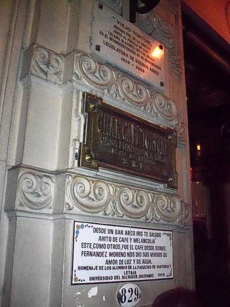 Más placas en la pared frontal del Tortoni. Se ve el número 829, que marca la dirección del mismo en Avenida de Mayo